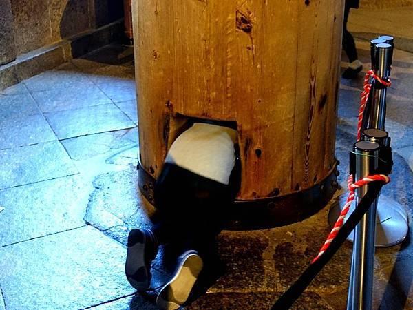 18大佛殿內穿洞木柱