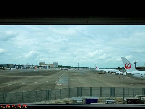 13成田機場第二航廈通道望外停機坪.jpg