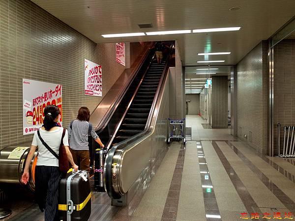 31成田機場第二航站電車往出發及到達樓層電梯.jpg