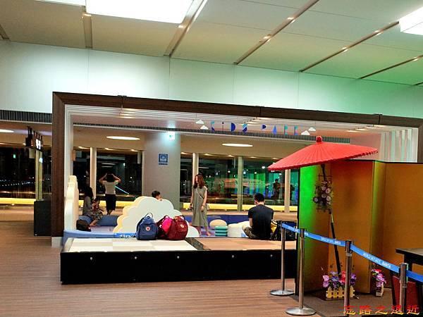 37成田機場第二航站登機門通道兒童遊樂區.jpg
