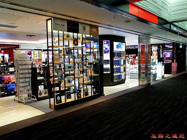 38成田機場第二航站往登機門通道Japan Duty FRee.jpg