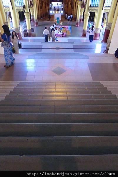 前往大金塔的樓梯