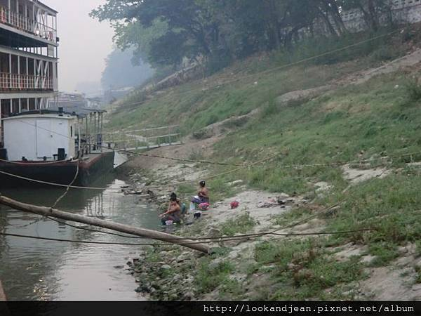 在河邊沐浴的婦女