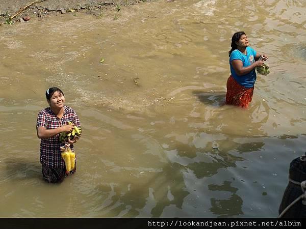 在水中賣東西的婦女