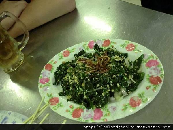 烤肉點的地瓜葉被炒成奇特不和君口味的食物
