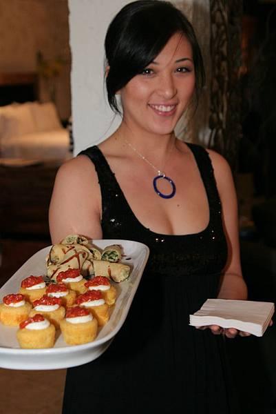 cocktail-waitress-wearing-kathleen-plate-jewelry1-e1270163196213