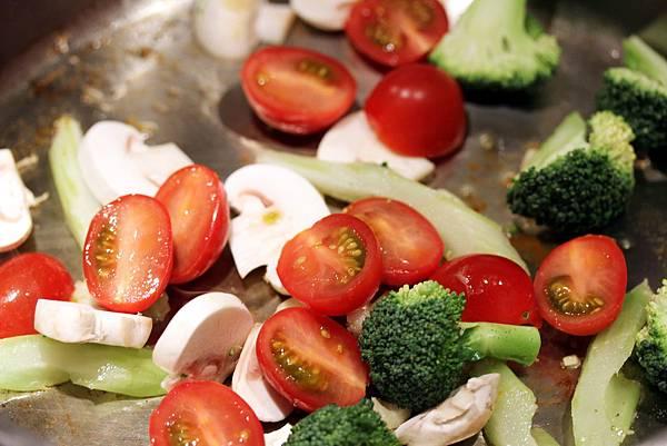 一鍋煮番茄螺旋麵step2.jpg