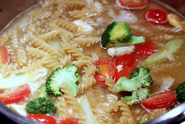 一鍋煮番茄螺旋麵step3.jpg