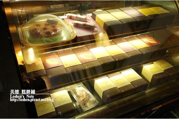 美德糕餅舖-滿滿的蛋糕櫃,後面有放些蛋糕可試吃