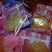 婚禮小物獨家幸福久久久-父親節台北市市長替滿月新生兒戴上金鎖片2