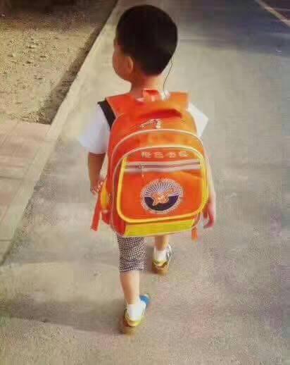 橙色書包.jpg