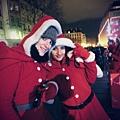 【巴黎。景點】歡樂聖誕,路過龐畢度文化中心,可樂熊來陪伴旅人。