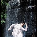 瀑布下的男人.jpg