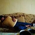 只好在外面沙發上睡覺.jpg