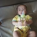 拿著奶瓶就很開心 但.....他媽媽一把奶瓶拿走就會馬上變臉 大哭!!!
