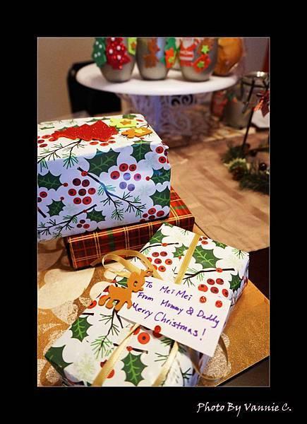 把剩下的包裝紙包成妹妹的禮物