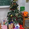 聖誕樹下好多禮物    詠茹
