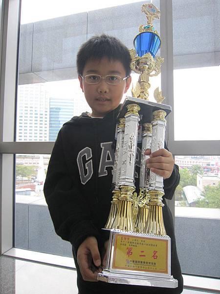 我在北區MPM數學比賽五年級組獲得第二名,拿到超大的獎杯!超開心!by守宇