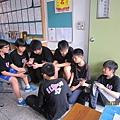 一群人擠在那是在幹嘛,還玩psp  BY陳姿云  0528