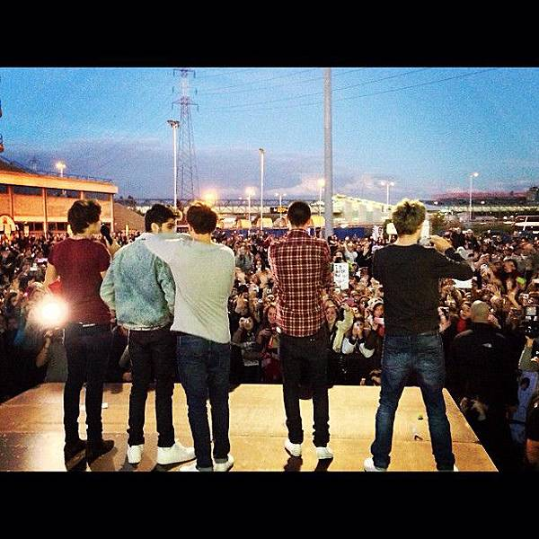 celebrity-twitter-pictures-102812-onedirection.jpg