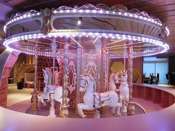 台北內湖^^Money Jump親子餐廳/親食餐廳~小孩與少女都超愛的超夢幻旋轉木馬親子餐