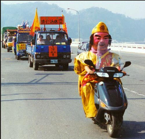 你一定要穿這樣騎車嗎.jpg