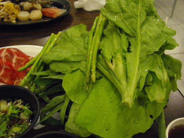 鮮都麻辣鴛鴦鍋-連蔬菜都整齊排列.JPG