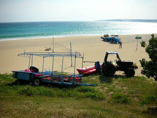 海與沙灘加上沙灘上器具
