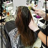 開始上色囉!! 髮根比較深 所以要分段處理