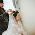 專注地為新娘別上頭紗的這刻~是我最喜歡的moment