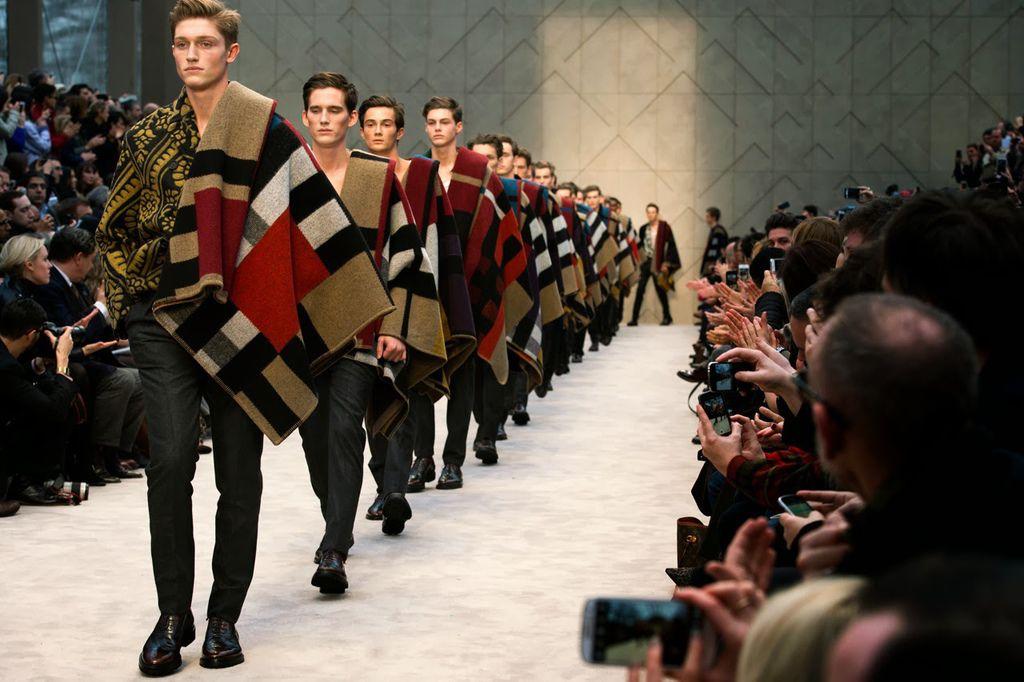 burberry-prorsum-aw-2014-blanket-scarf-manta.jpg