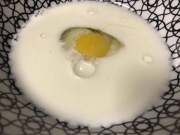 一顆蛋和一杯牛奶