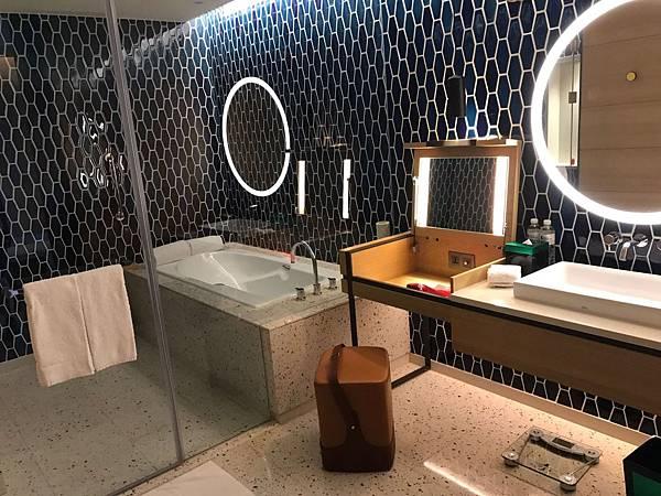 浴室好大很有設計感