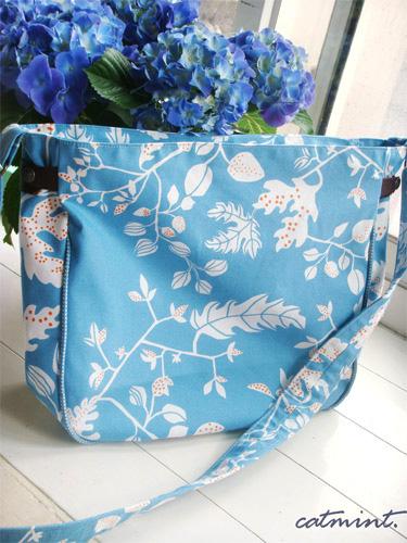 適合夏天的藍藍斜揹包