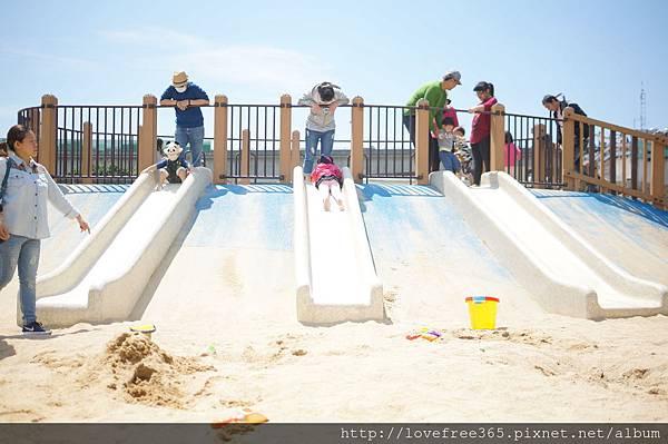 鯨魚造型溜滑梯,滑道有加寬,適合親子同樂