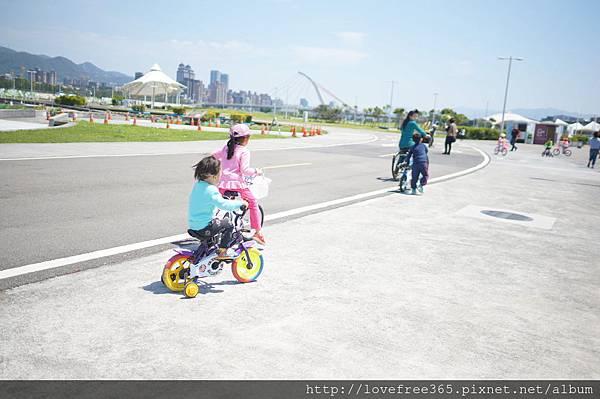 大佳河濱公園沙坑  也很適合騎腳踏車