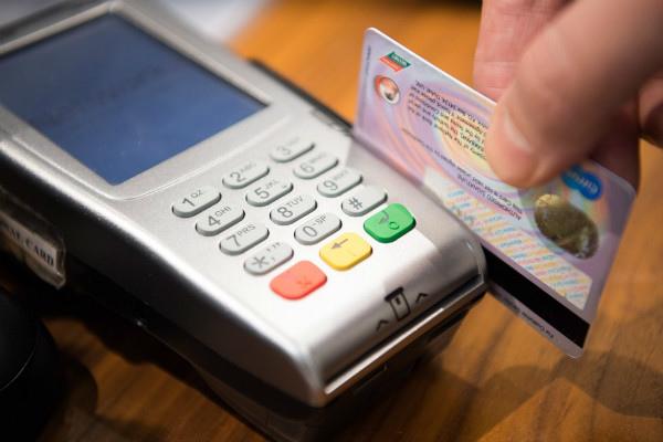 實體刷卡:信用卡不離眼