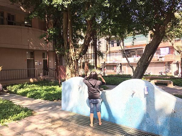 板橋溪北公園-章魚背面有洗手設施方便玩沙清理。旁邊有公廁
