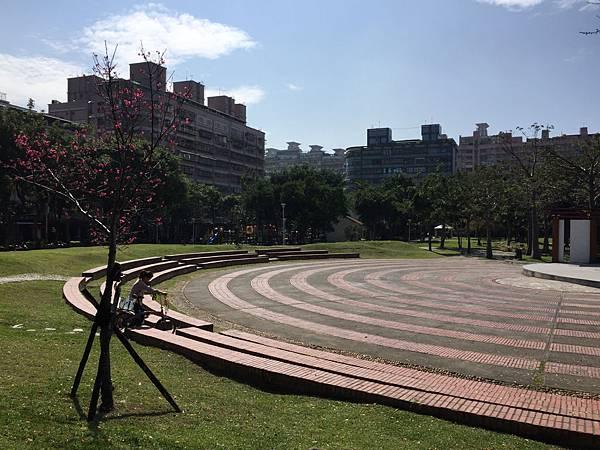 板橋溪北公園-來到公園前身保留的舊有設施,圓形廣場