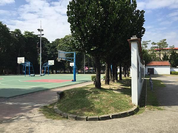板橋溪北公園-另一側還有一區籃球場!