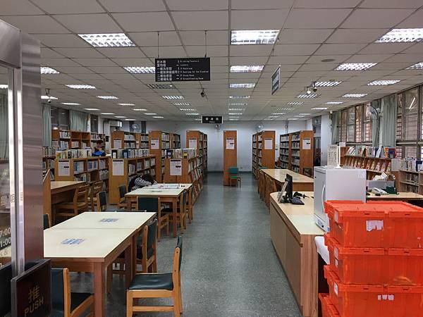 板橋溪北公園-溪北分館圖書館,採光明亮。頗有歷史的感覺