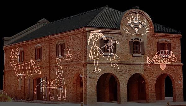 2019台北燈節:百年建築三井倉庫以光雕方式投影童趣圖案,呈現老倉庫充滿童趣的對比1.jpg