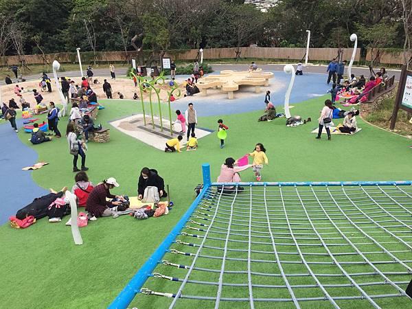 中和員山公園:來到公園的中心~占地滿大的壓