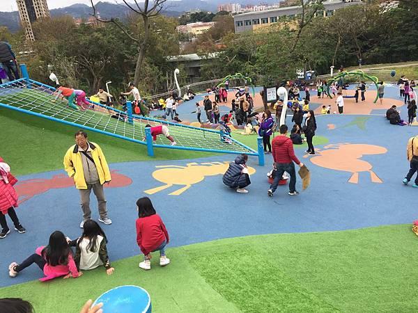 中和員山公園:有攀爬架