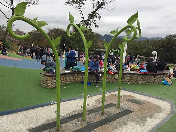 中和員山公園:沙坑旁有造型水龍頭供使用