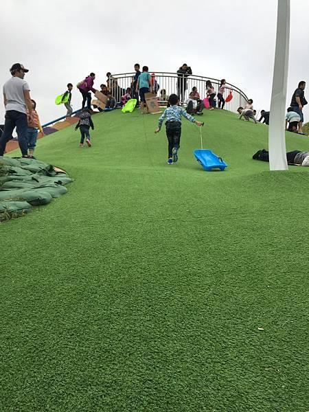 中和員山公園:可以滑草的小山坡
