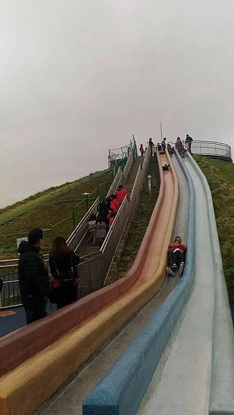 中和員山公園:發現有好長的磨石子溜滑梯