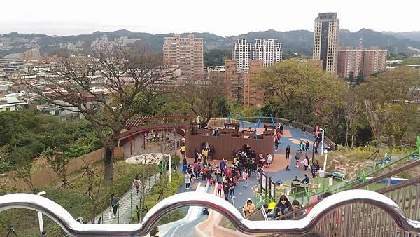 中和員山公園:溜滑梯由上往下看