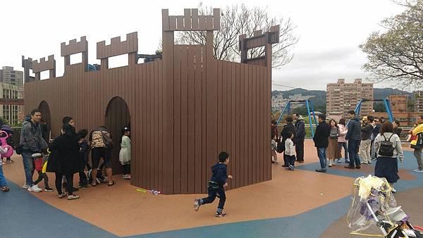 中和員山公園:滑索道,滑草,溜滑梯,沙坑,樣樣小孩愛!