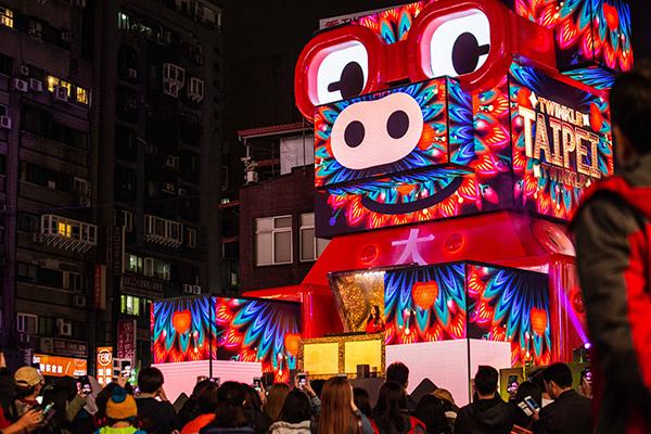 台北燈節主燈搶先看》DJ RayRay從豬寶盒中緩緩現身,帶給現場民眾一場炫目華麗的主燈秀